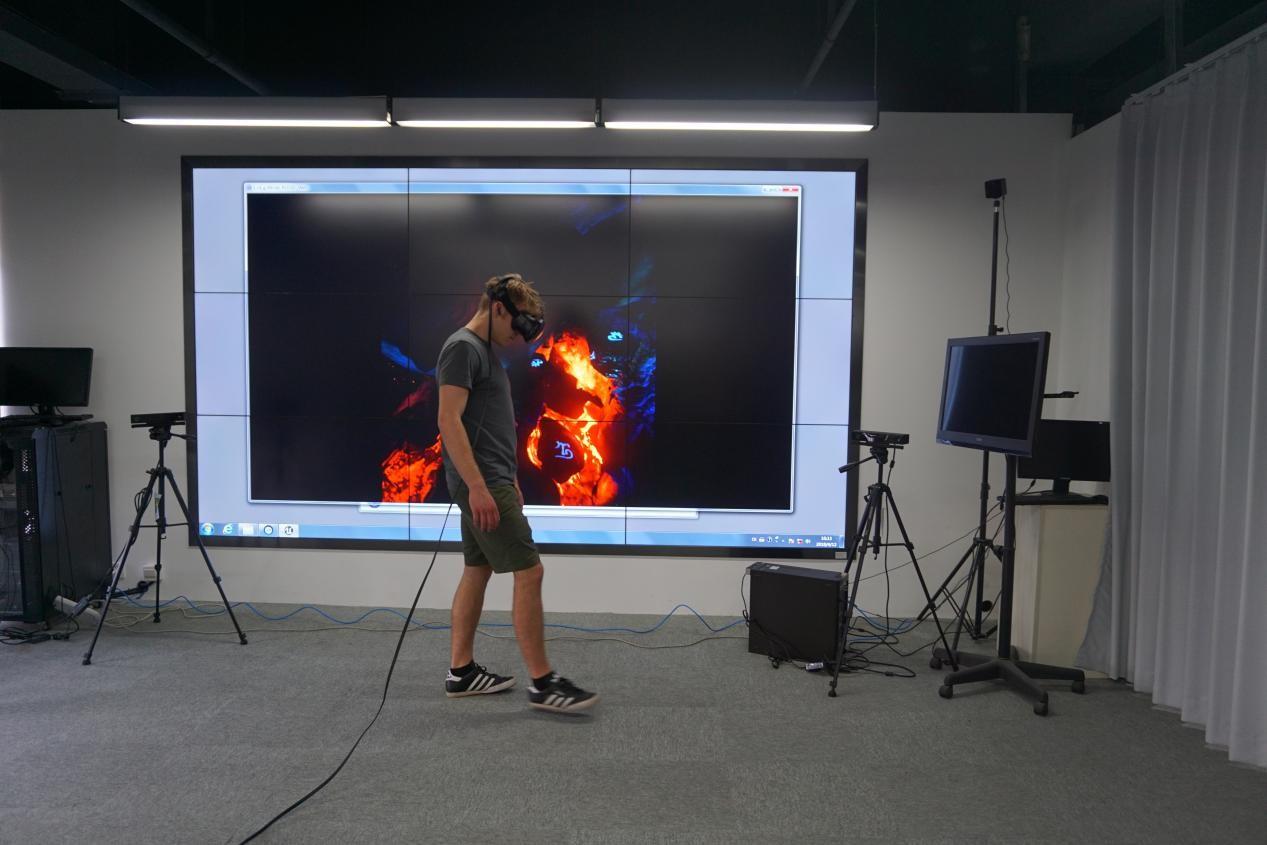 剑桥学生正在体验VR体感游戏