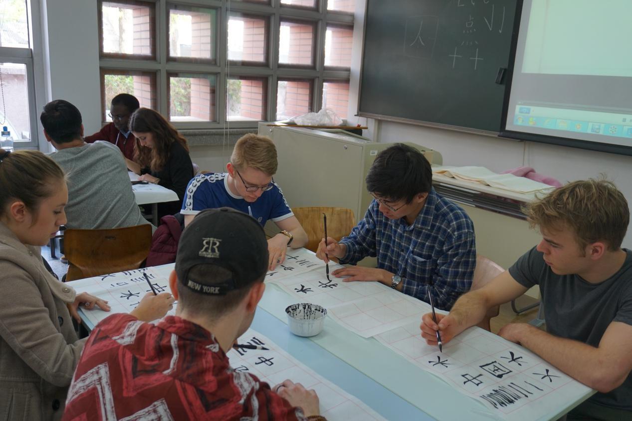 阚成章同学与剑桥学生一道练习毛笔书法